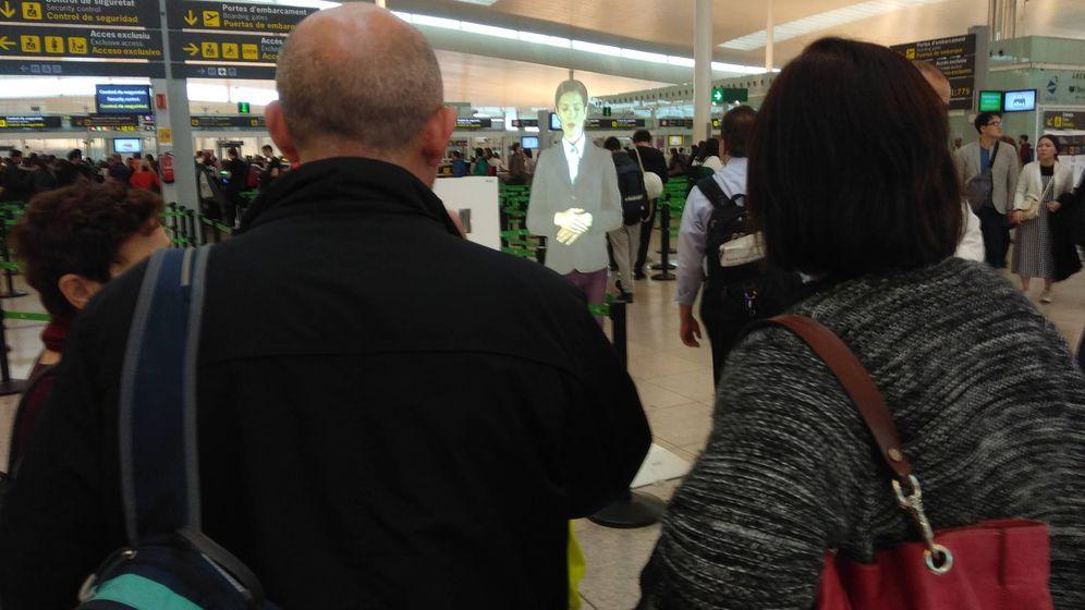 Foto: La fascinante mujer holográfica del aeropuerto del Prat. (Juan Soto Ivars)