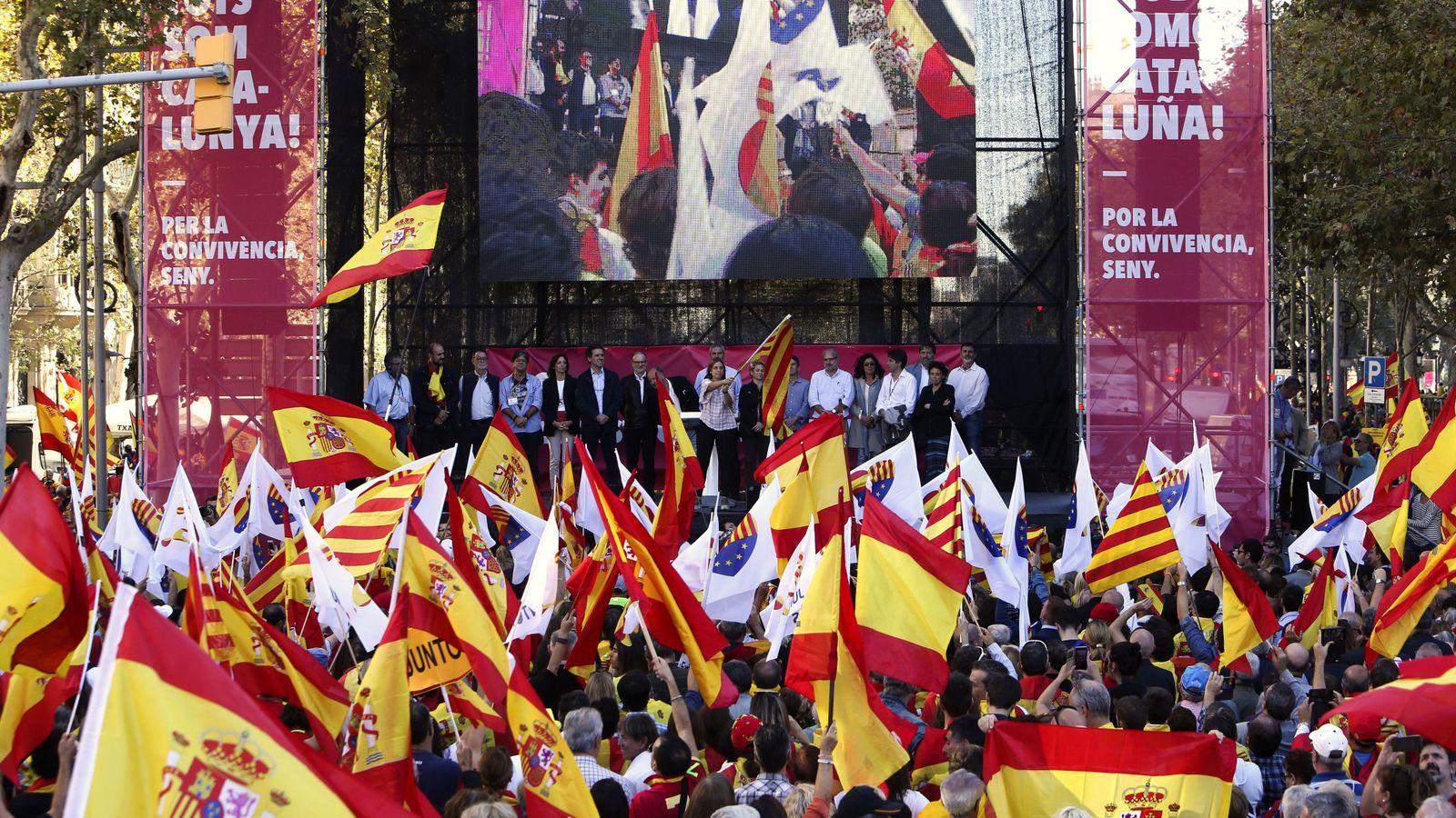 """Foto: Manifestación bajo el lema """"Todos somos Cataluña"""" que convocó Societat Civil Catalana en 2017. (EFE)"""