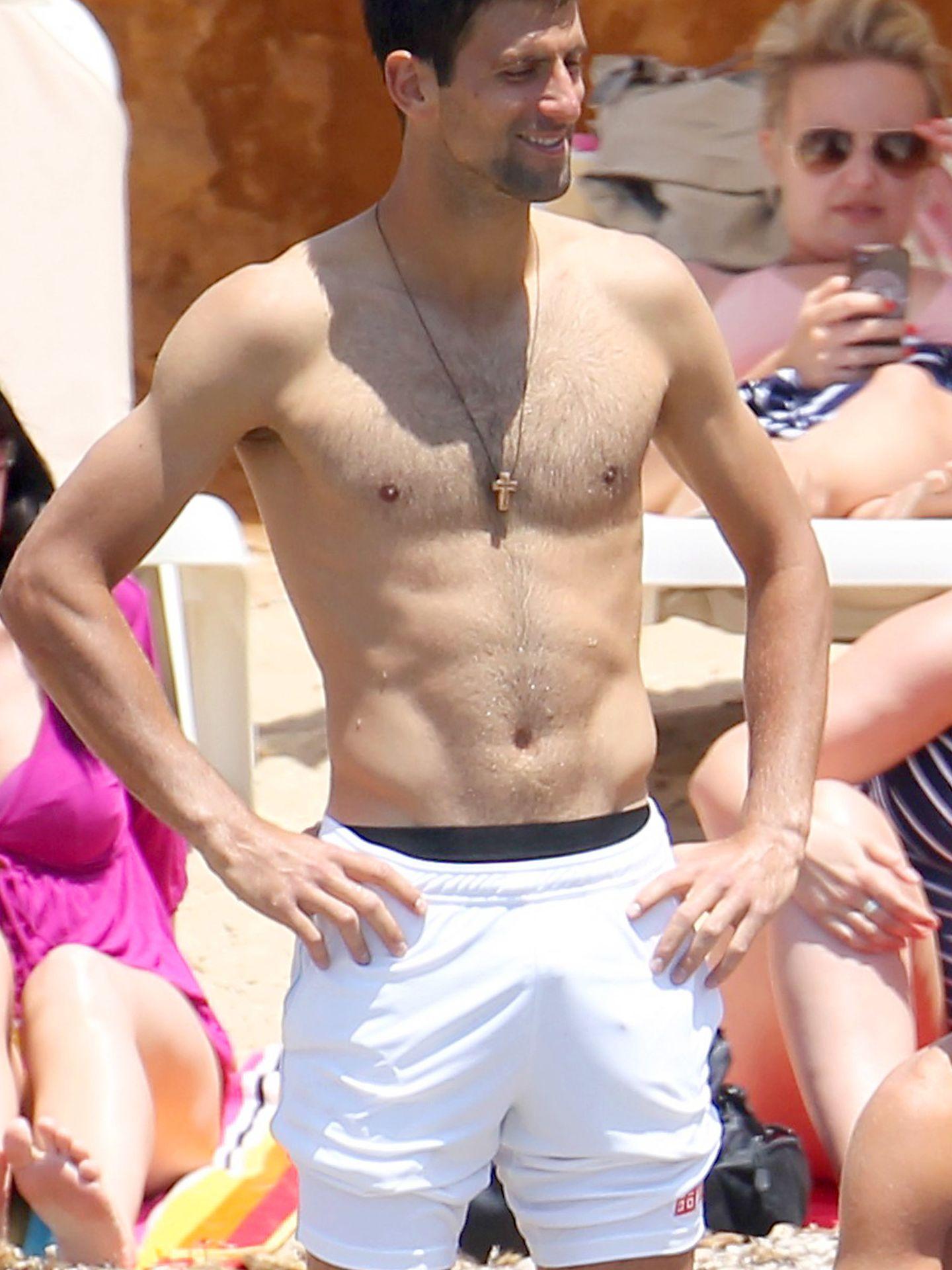 El tenista serbio en una playa de Ibiza (Gtres)