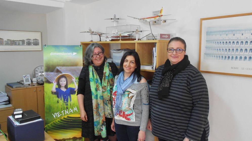 Foto: Teresa Altalejos (i), con dos de sus empleadas en Viajes Turia, una agencia fundada en 1981 que sigue en el mercado. (V. R.)