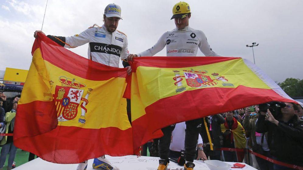 Foto: Fernando Alonso y Carlos Sainz, en la 'mesa' del canal oficial de la F1. (Twitter @RenaultSportF1)