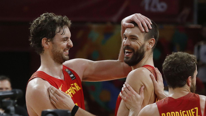 Pau Gasol y Marc Gasol celebran la victoria ante Alemania en los cuartos de final del EuroBasket. (EFE)