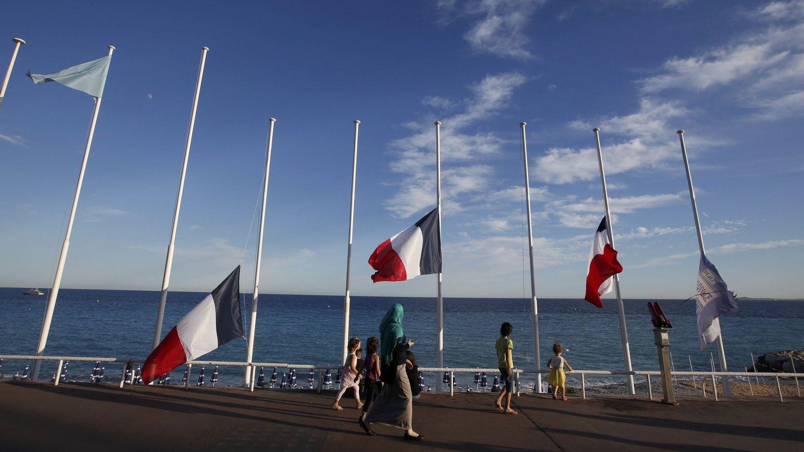 Foto: Un grupo de personas pasea por Niza tras el atentado. (Reuters)