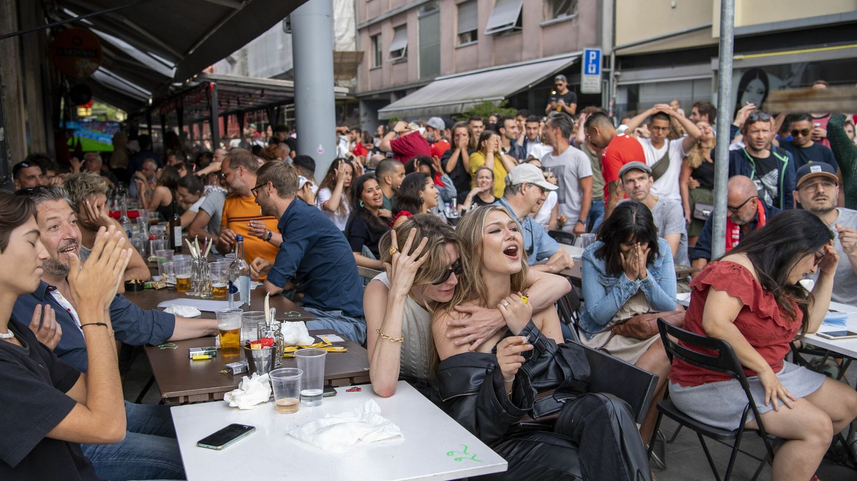 Los aficionados suizos se lamentan tras la eliminación. (EFE)