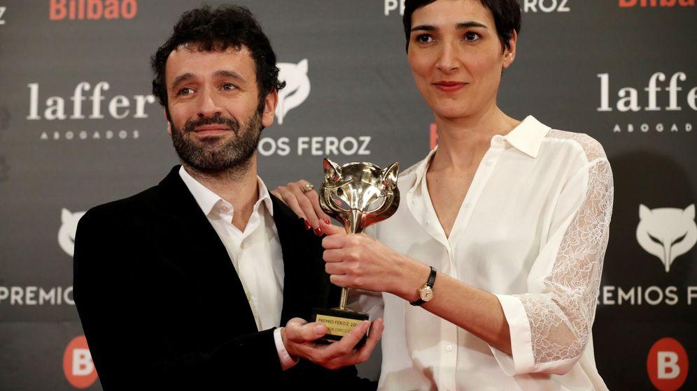 Foto: Rodrigo Sorogoyen e Isabel Peña sostienen uno de sus cinco premios Feroz. (EFE)