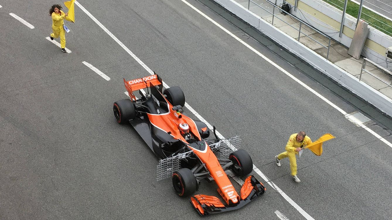 El McLaren vuelve a dar otro susto: parado a la entrada del pit-lane