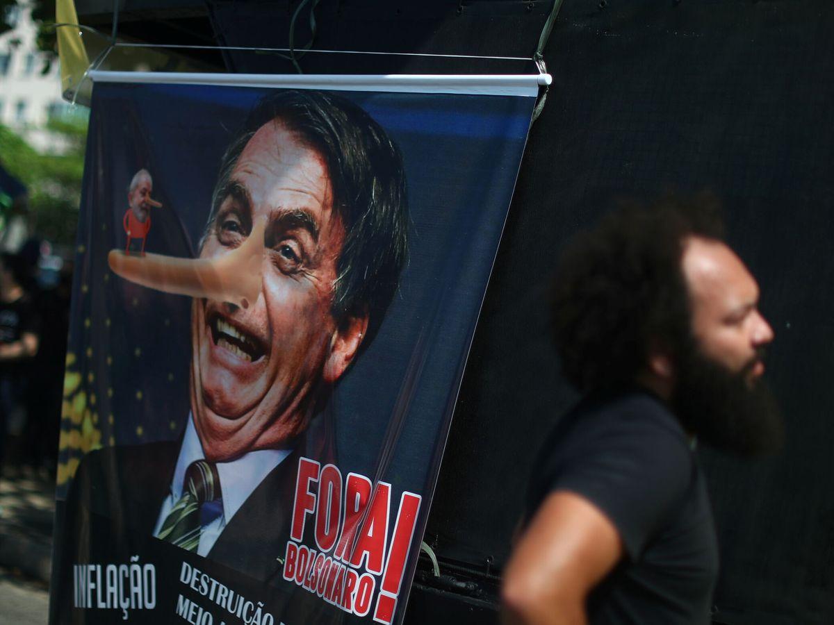 Foto: Pancarta contra Bolsonaro durante una protesta en Copacabana. (Reuters)