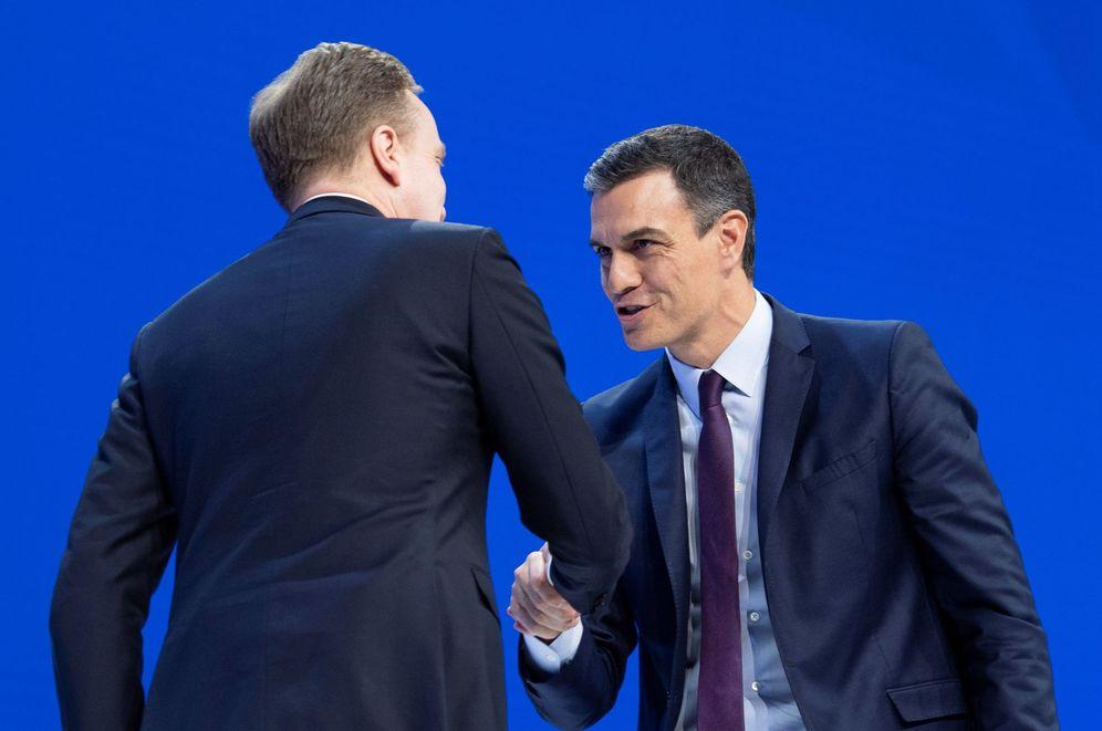 Foto: El presidente del Foro Económico Mundial, Borge Brende (i), saluda al presidente del Gobierno español, Pedro Sánchez, esta semana. (EFE)