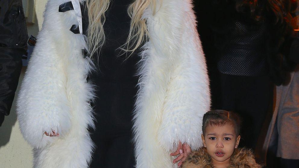 Kim Kardashian presenta a su hijo Saint en Instagram
