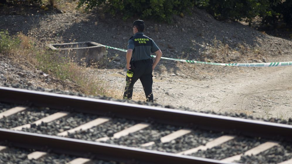 Foto: Un guardia civil inspecciona la zona acotada de la vía férrea donde un maquinista encontró el cuerpo de la niña. (EFE)