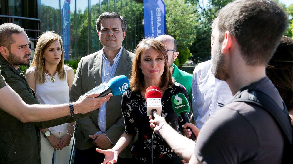 Foto: Andrea Levy atendiendo a los medios tras un acto del partido. (EFE)