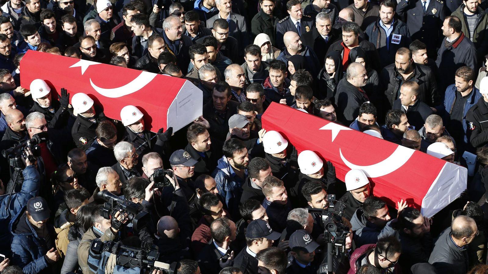 Foto: Funeral por los policías fallecidos por el doble atentado en Estambul. (EFE)