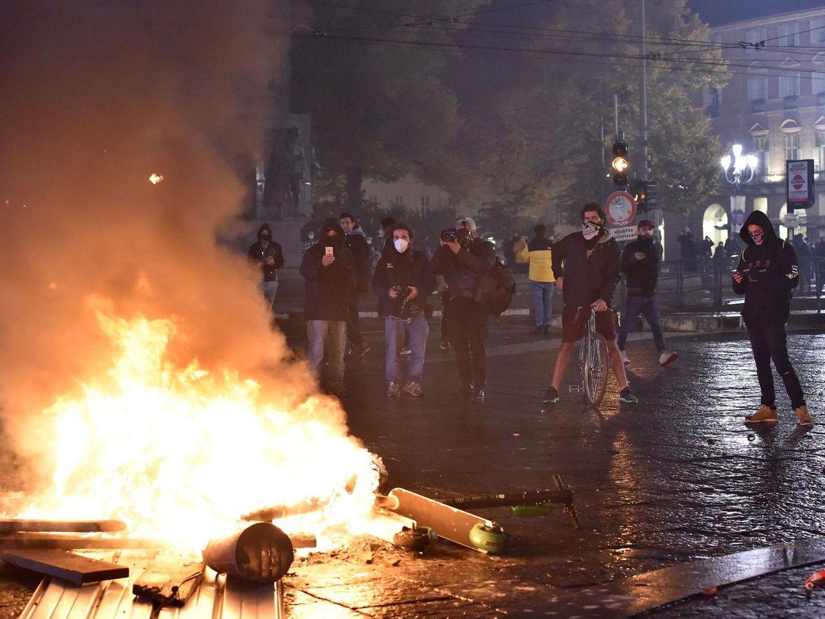 Foto: Enfrentamientos entre manifestantes y policías durante una protesta contra las medidas implementadas en Italia. (EFE)
