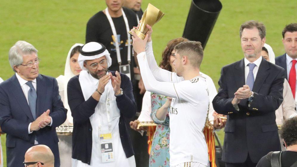 Foto: Fede Valverde muestra el trofeo al mejor jugador de la final de la Supercopa de Arabia. (EFE)