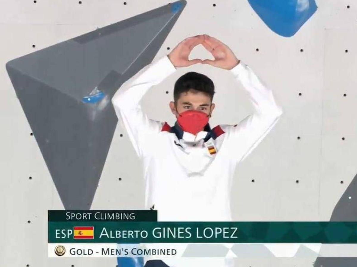 Foto: Alberto Ginés, al subirse al podio tras convertirse en el primer campeón olímpico de escalada de la historia.