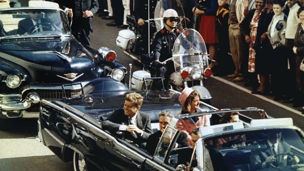 Foto: El presidente Kennedy y la primera dama, momentos antes de los disparos. (Reuters)