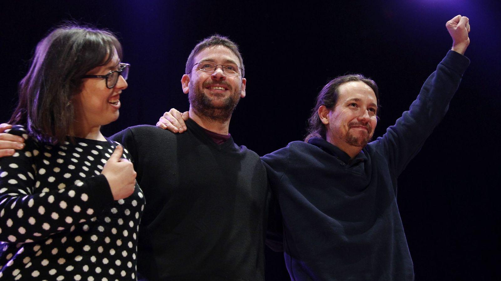 Foto: Noelia Bail, junto a Albano Dante Fachín y Pablo Iglesias. (EFE)