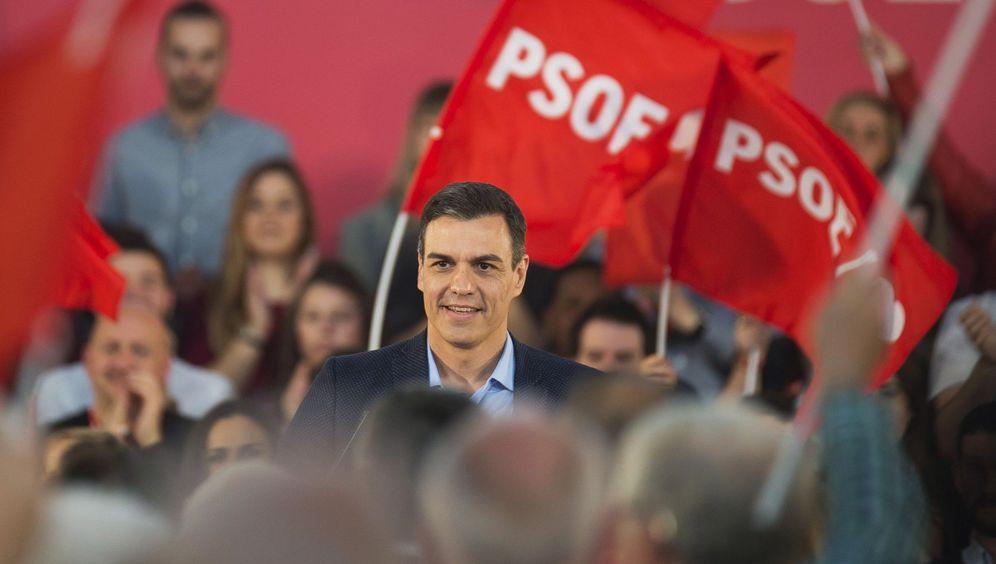 Foto: El presidente del Gobierno y candidato socialista, Pedro Sánchez, este 19 de abril, Viernes Santo, durante su mitin en Santander. (EFE)
