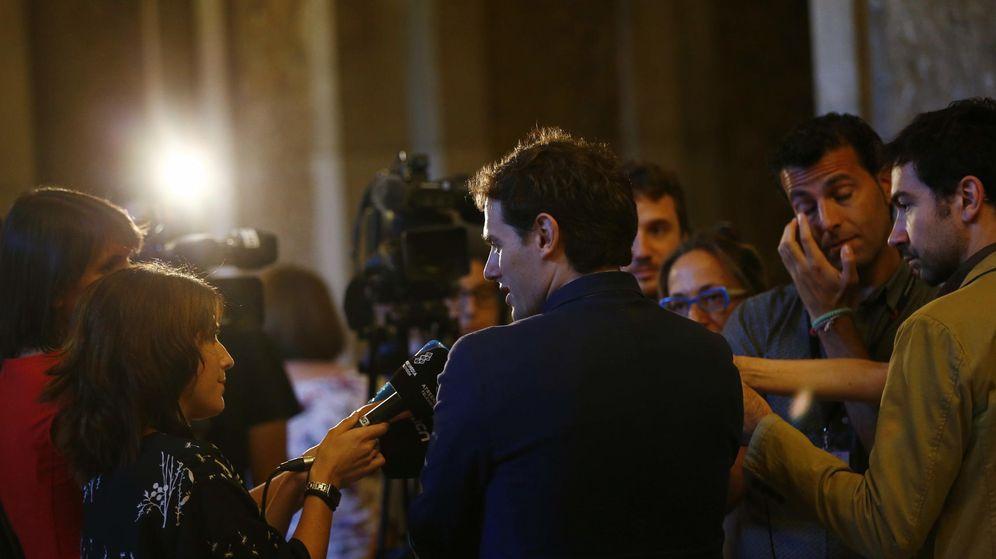 Foto: Rivera, atendiendo a los periodistas en los pasillos del Parlament. (EFE)