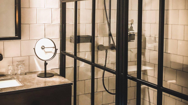 Negro mate: el color del momento para decorar tu baño. (Jennifer Latuperisa-Andresen para Unsplash)