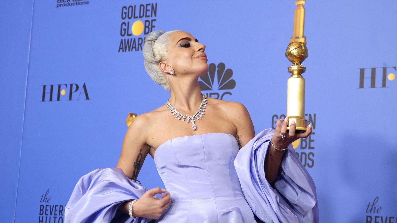 Gaga posa con el Globo de Oro a la mejor canción, 'Shallow'. (EFE)