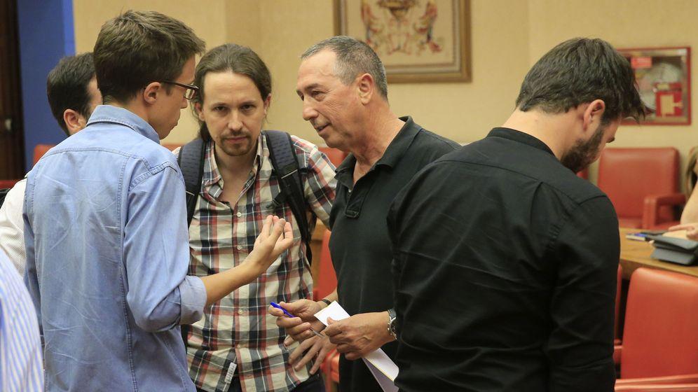 Foto: Joan Baldoví conversando con Pablo Iglesias e Íñigo Errejón. (EFE)