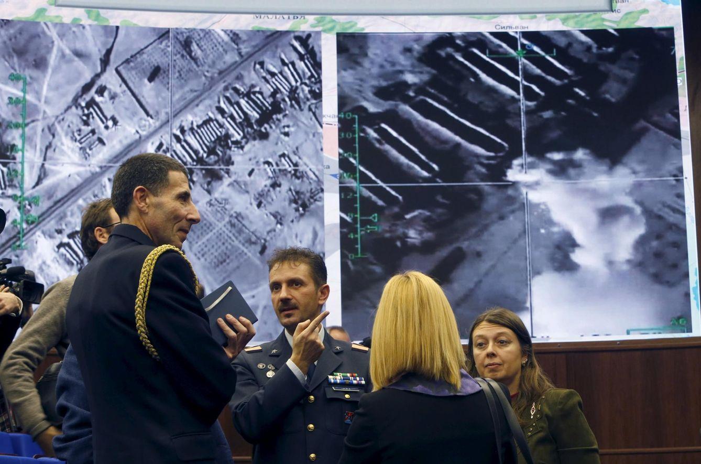 Foto: Militares rusos hablan con periodistas tras la conferencia de prensa del Ministerio de Defensa en Moscú, el 2 de diciembre de 2015. (Reuters)