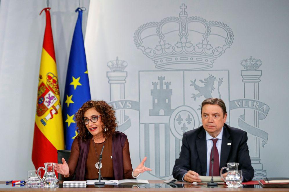 Foto: La portavoz del Gobierno, María Jesús Montero, y el ministro de Agricultura, Luis Planas, este 4 de febrero en la Moncloa. (EFE)