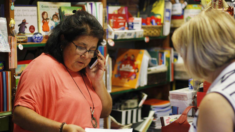 Yolanda Franco atiende a una clienta en su librería de Vallecas. (J. B.)