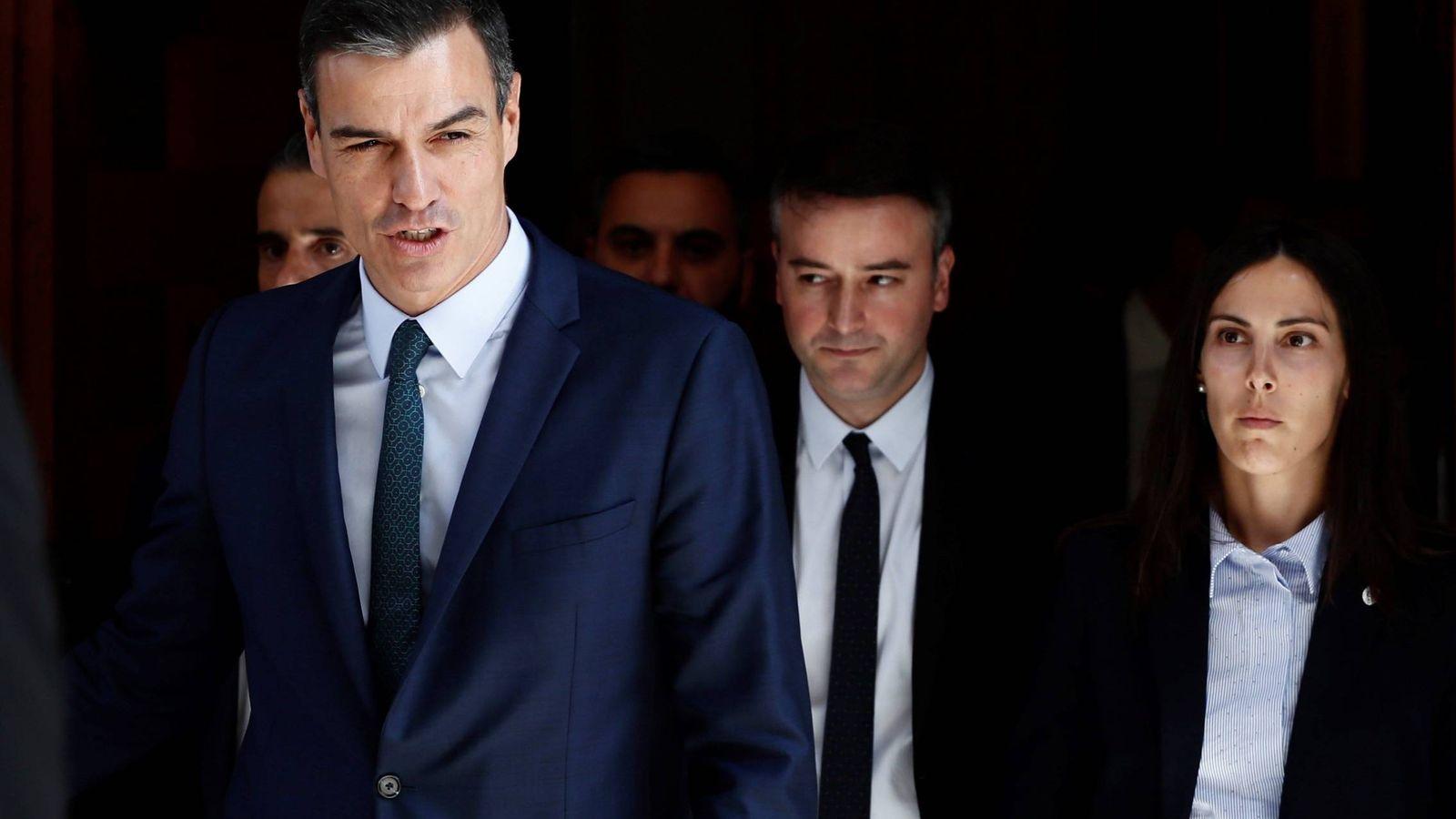 Foto: Pedro Sánchez y su jefe de gabinete en Moncloa, Iván Redondo, a la salida del Congreso este jueves. (EFE)