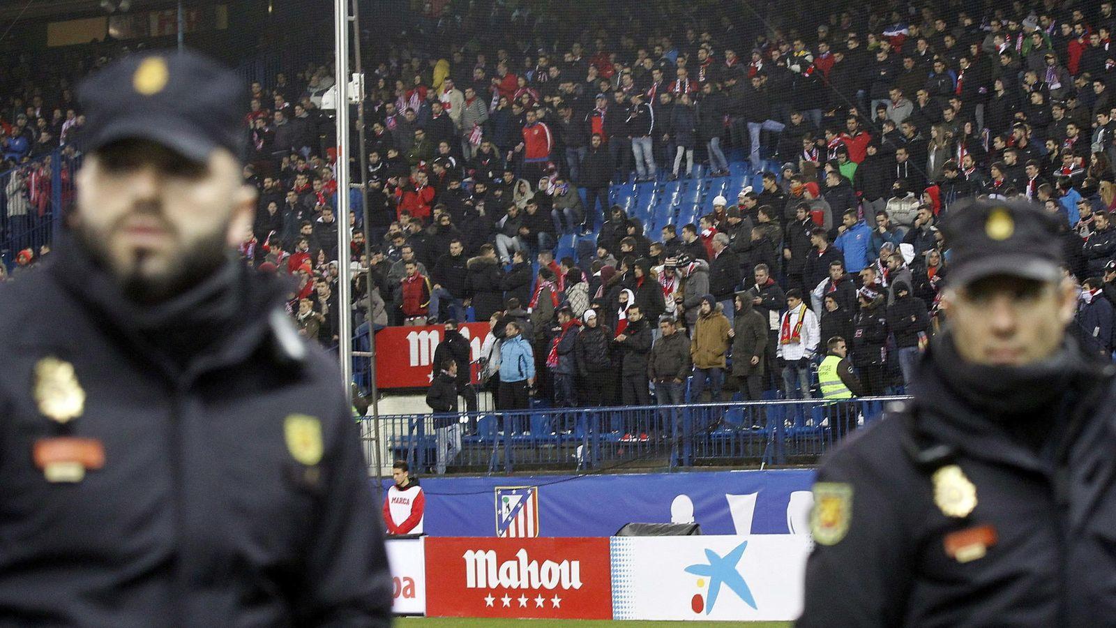 Foto: Fondo sur del estadio Vicente Calderón con la zona del Frente Atlético vacía dos semanas después de la reyerta de parte de sus miembros con los ultras del Dépor. (EFE)