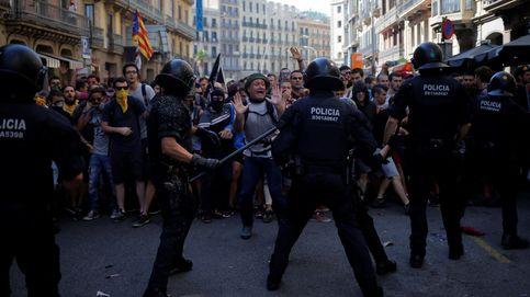 Los Mossos cargan contra unos radicales que boicoteaban una manifestación españolista