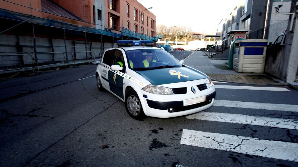 Foto: Agentes de la Guardia Civil se desplazan en un coche patrulla. (EFE)