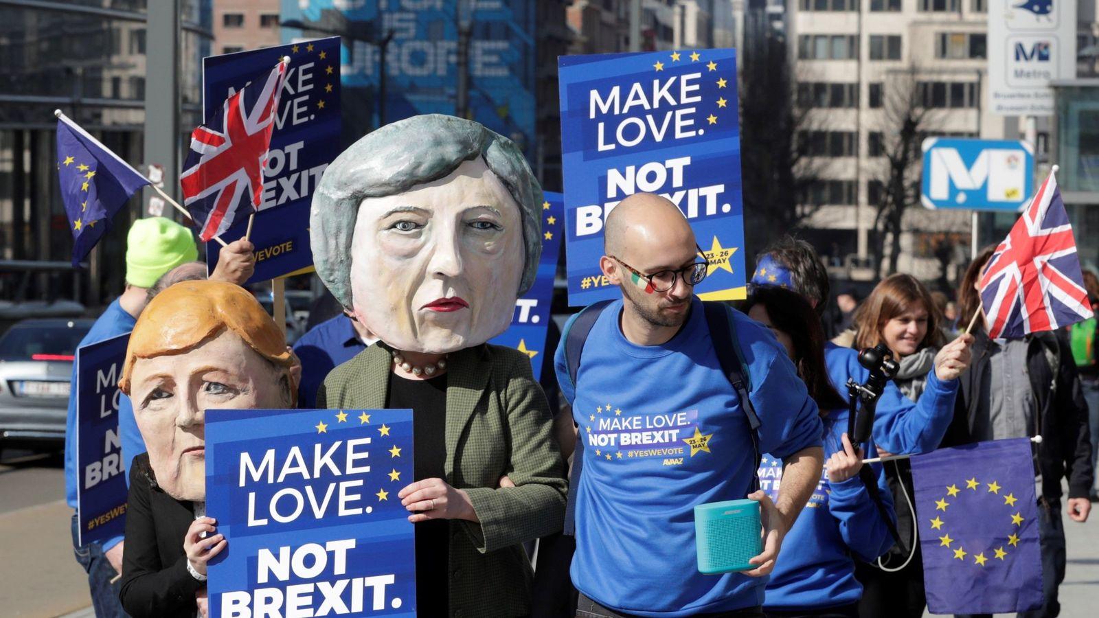 Foto: Varias personas se manifiestan frente a la Comisión Europea mientras protestan y exigen un segundo referéndum sobre el Brexit. (EFE)
