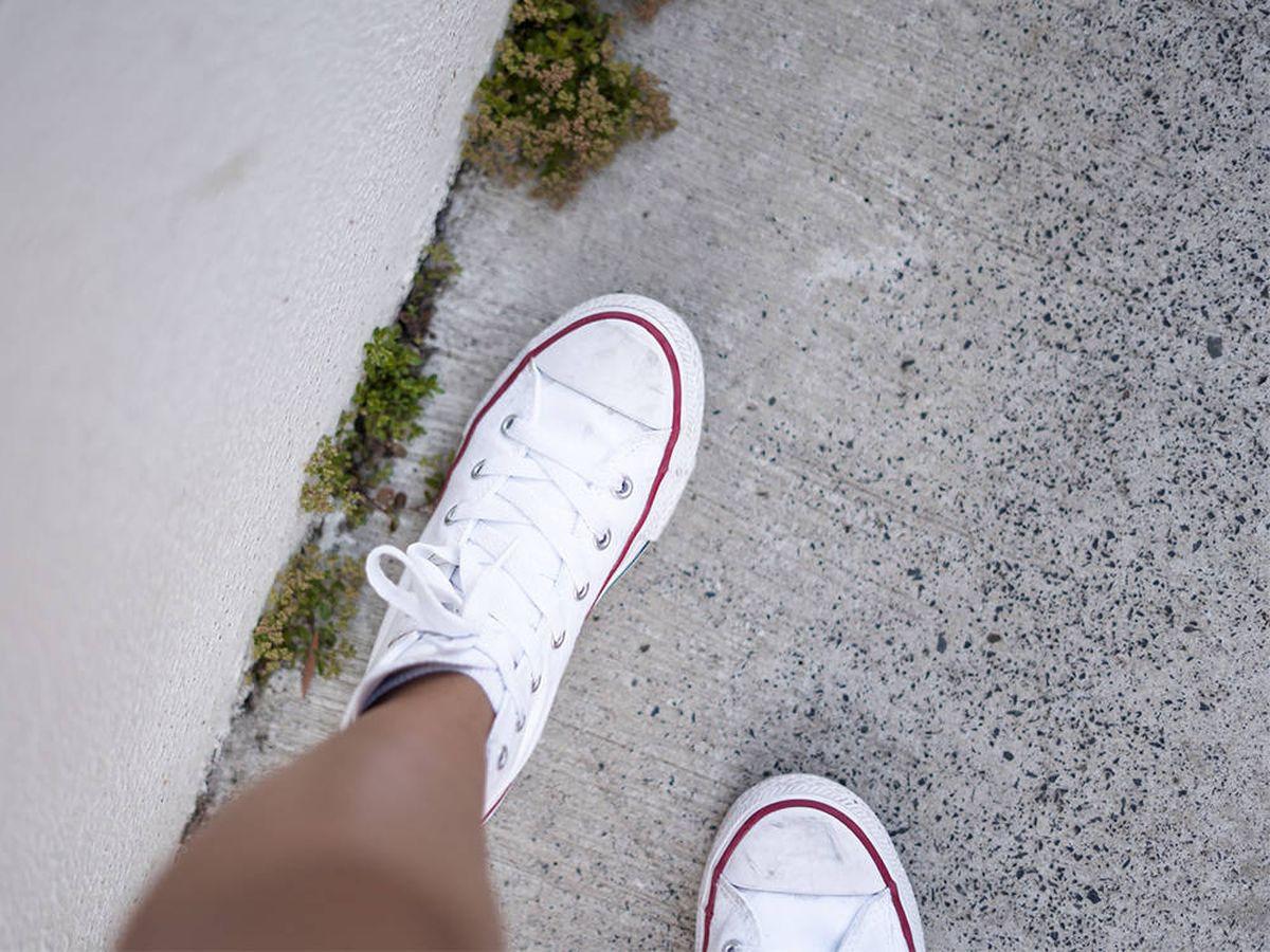 Foto: Diez zapatillas Converse con plataforma blancas que querrás tener en tu armario (Jessica Da Rosa para Unsplah)
