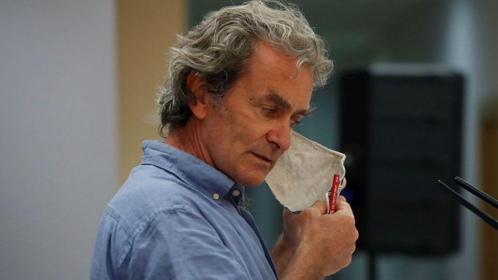 Foto: Fernando Simón se quita la mascarilla antes de una rueda de prensa. (EFE)