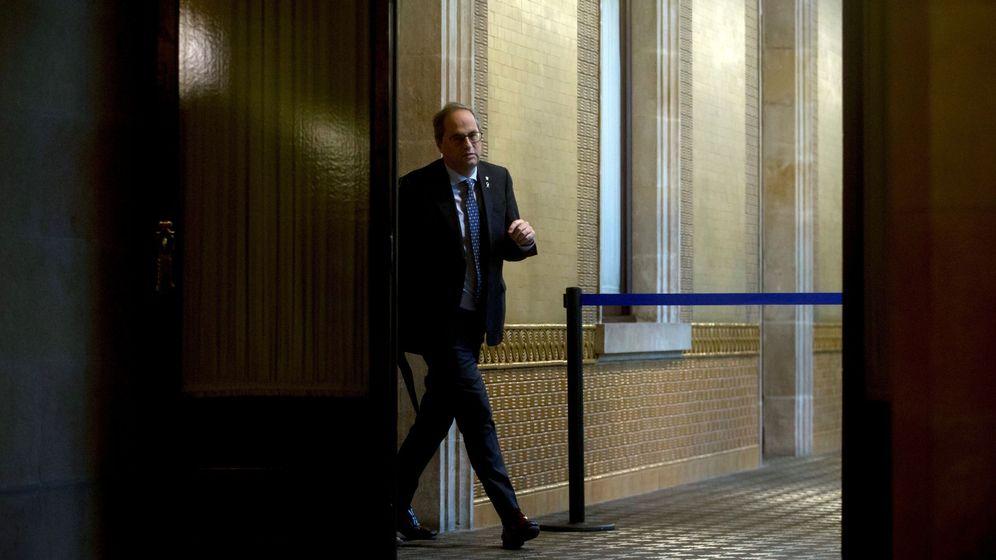Foto: El presidente de la Generalitat, Quim Torra, en los pasillos del Parlament. (EFE)