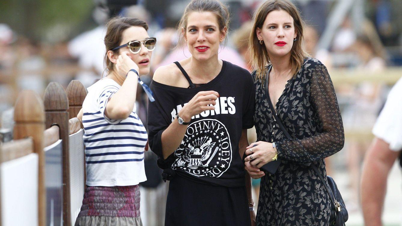 Foto: Carlota Casiraghi junto a la actriz Marion Cotillard y otra amiga (CP)