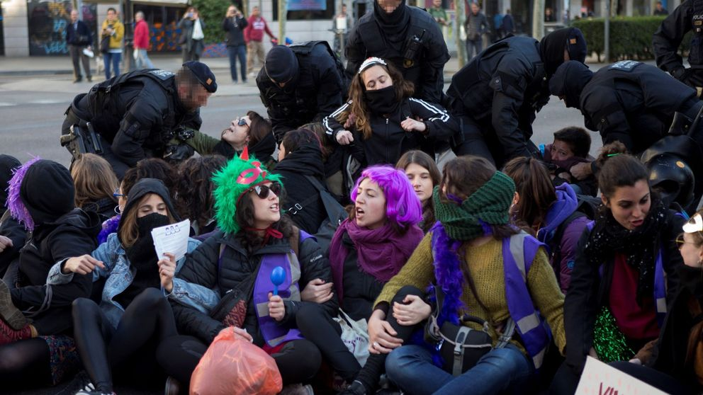 Cortes de tráfico por la huelga feminista del 8M complican la movilidad en Barcelona