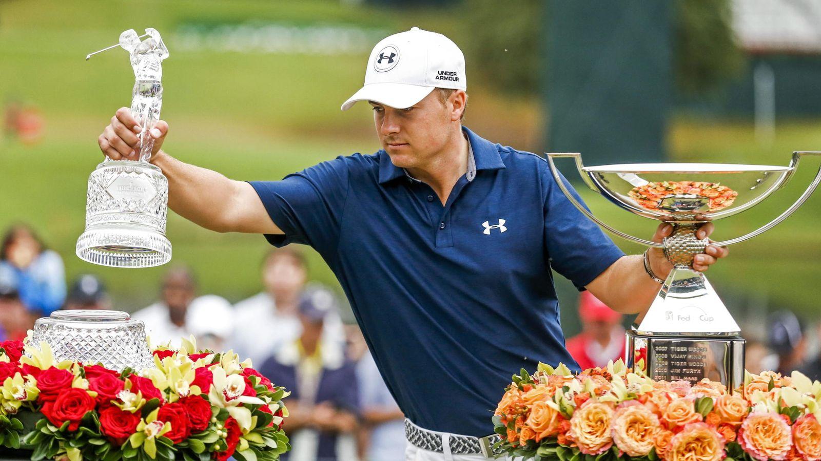 Foto: Jordan Spieth posa con los títulos de The Tour Championship y de la FedEx Cup (Efe).