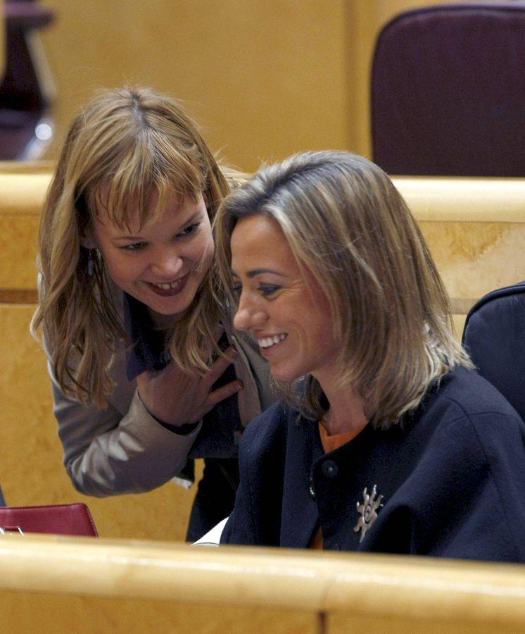 Foto: Las exministras Leire Pajín y Carme Chacón, en un pleno del Senado de febrero de 2010. (EFE)