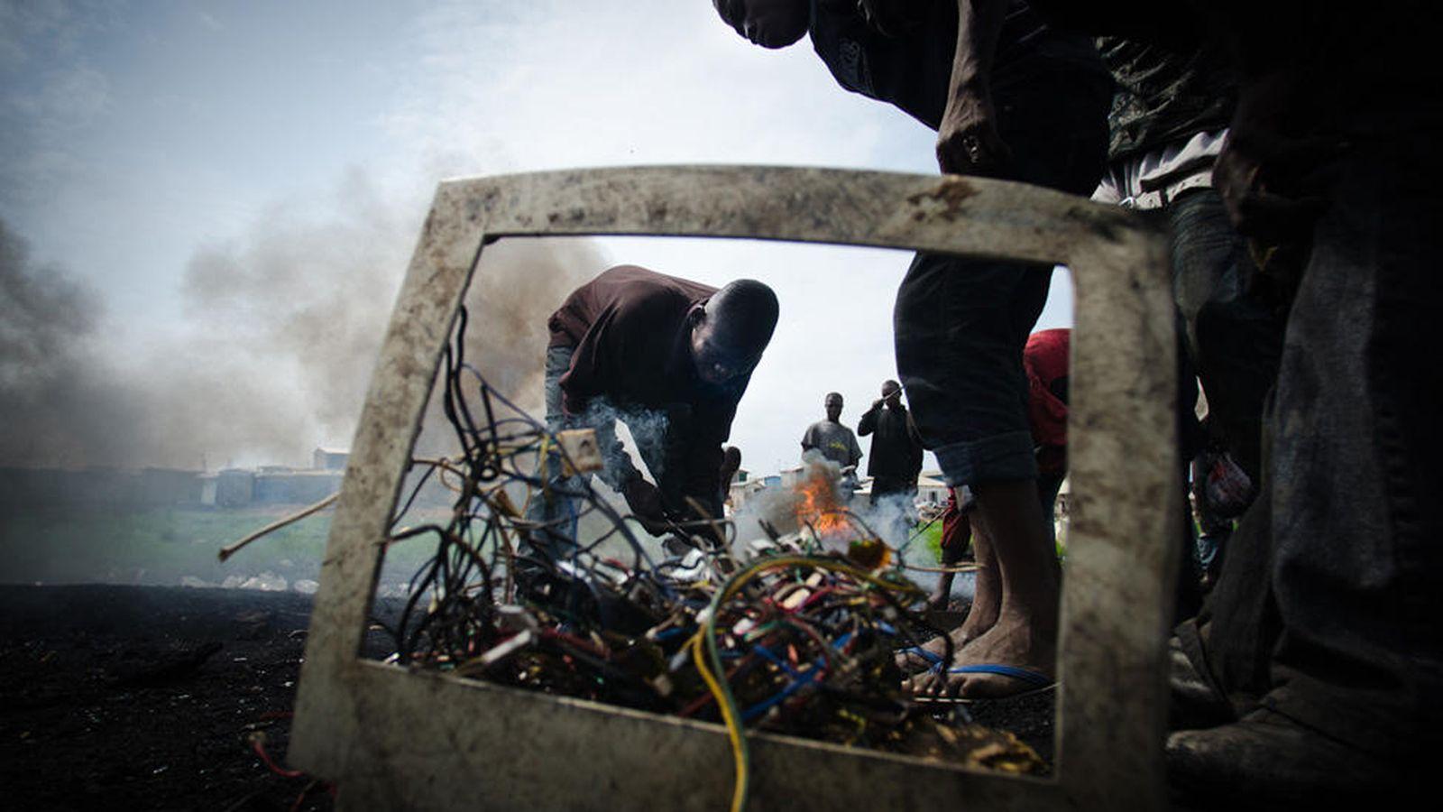 Foto: El vertedero tecnológico de Agbogbloshie, en Ghana, África. Fotos: Michael Ciaglo y Marlenenapoli, bajo licencia Creative Commons