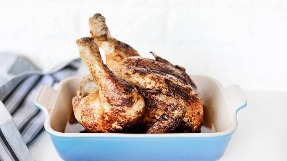 Vídeo: una técnica diferente para asar el pollo y que sepa mejor