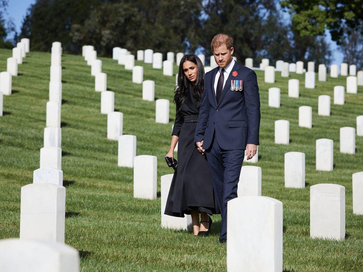 Foto: Meghan y Harry, en el cementerio. (Cordon Press)