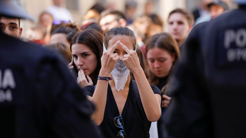 Manifestantes se enfrentan a la Policía en Barcelona. (Reuters)