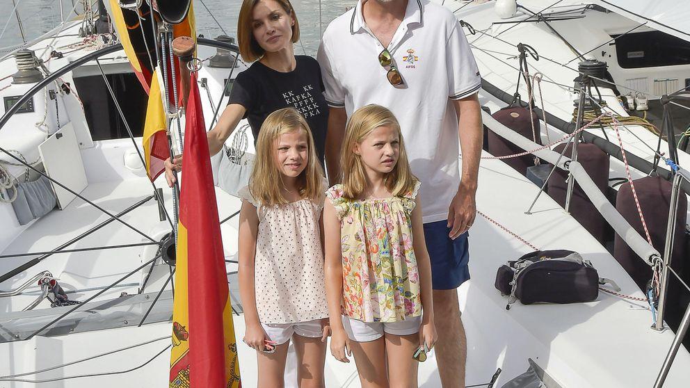 Los Reyes y sus hijas, día en familia en el Real Club Naútico de Mallorca