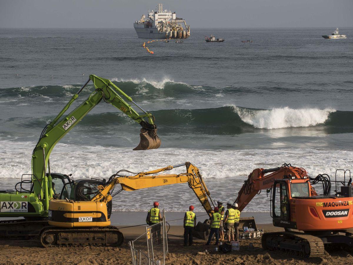 Foto: El cable submarino de Facebook y Microsoft, en el momento del amarre en Sopelana (Vizcaya)