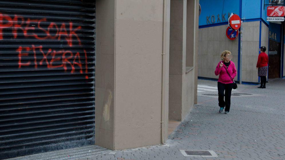 Foto: A la derecha, exterior del bar donde ocurrió la agresión y una pintada en apoyo a los presos etarras en el local de al lado. (Foto: Justy García Koch)