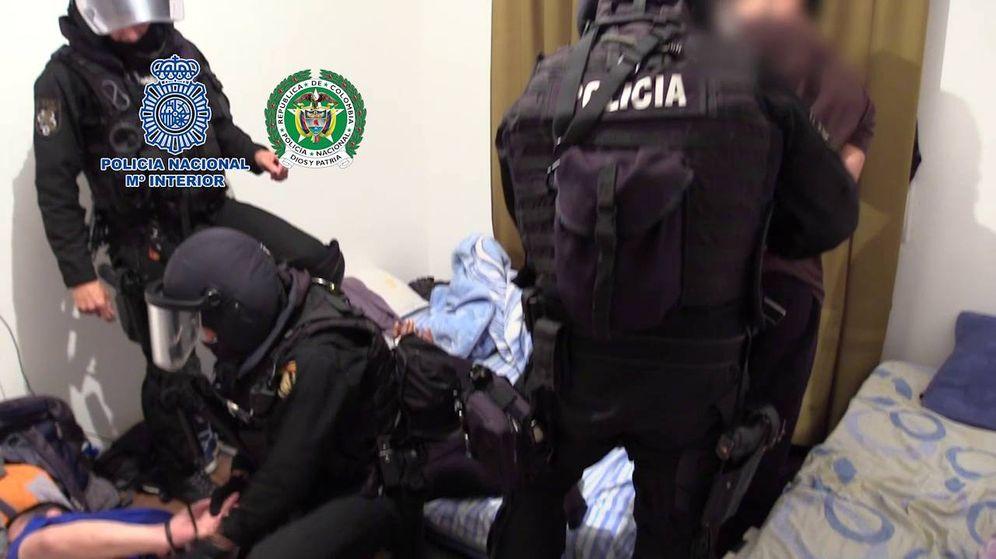 Foto: Momento en el que los GEO detienen a varios miembros de la organización en el chalé de Toledo