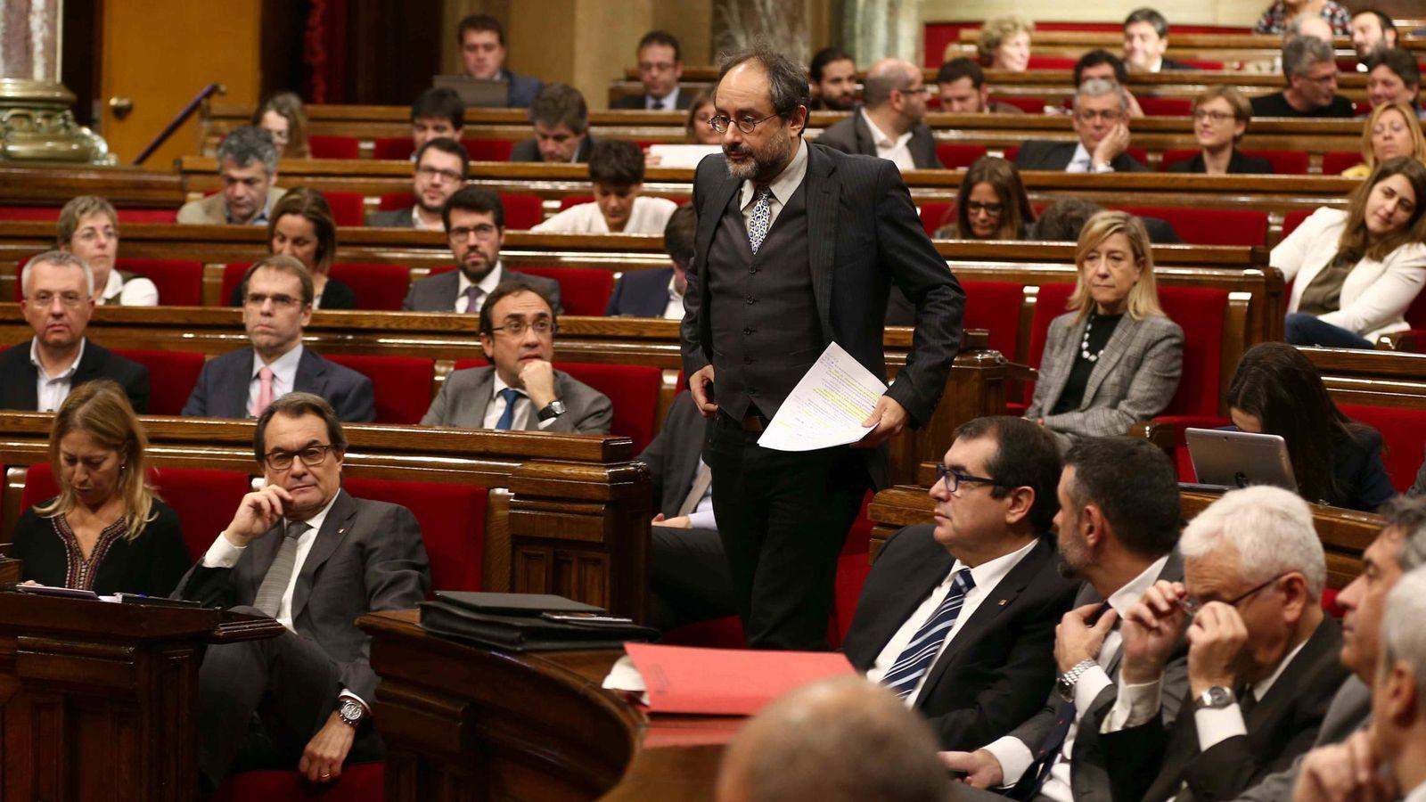 Foto: El líder parlamentario de la CUP, Antonio Baños, se dirige a la tribuna de oradores en presencia de Artur Mas. (EFE)
